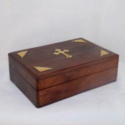 Coffret en bois avec croix dorée